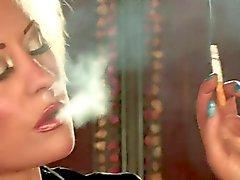 Hot atractiva de Busty Blonde solitario de fumar y burla