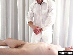 MormonBoyz - Muscle daddy paljain taustat kiimainen poika alttarilla