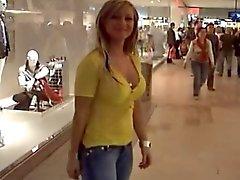 Блондинки отдается на раздевалкой