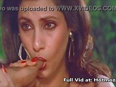 Attrice indiana sexy che Fossetta Kapadia ha che succhia pollice desiderarla Mi piace pene