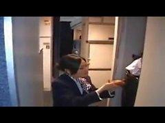 Stewardessen - ger -Hot - Handtralla - på Flygplan som
