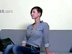 elegante menina porra morena na cadeira