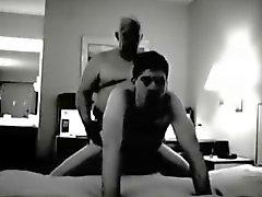 Il nonno scopare nella camera di albergo