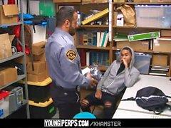 Genç Suçlu güvenlik tarafından becerdin alır