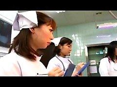 medici orientali cattivi che lavorano le loro abili mani su un