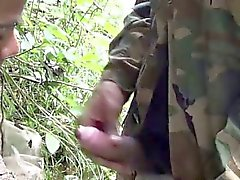 Soldier броды по реке за время минета