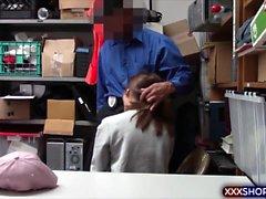 Teenie shoplifter vittu joilla on turvatoimiin liittyviä hänen vapauttamistaan