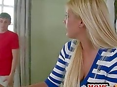 Stunning de MILF de Jenna Moore se joint Teen