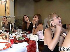 Jeunes Les filles chaudes sucer la bite