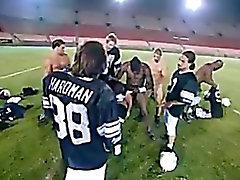 Cheerleaderin Gang von einem ganzen Fußball-Mannschaft Banged