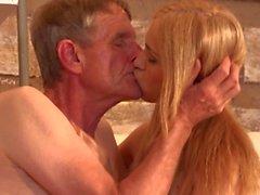Old cleaner baisée patron fille étudiante après avoir léché humide tache chatte G