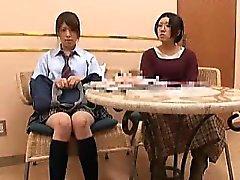 étudiant japonais mignon obtient lavé pour donner une blowjo douce