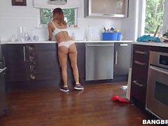 Bianca se la follan después de la limpieza Casa