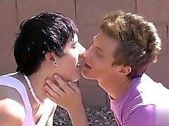 Sıcak eşcinsel bir sahne twinks arasındaki romantizmin gerçekten ateşleme var