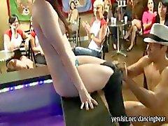 Grupo de selvagens meninas americanas estão sugando pau strippers e uma festa