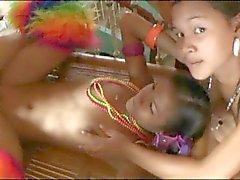 Kahden filippiiniläiset odottaa miellyttää kullia