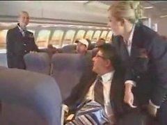 Flygvärdinna hjälper till med att masturbationen på flyget tillbaka