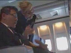 L'hôtesse de l'air contribue à la masturbation sur le vol