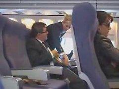 D'aria stewardess di aiuta con masturbation per il volo
