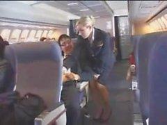Azafata aérea ayuda con la masturbación en el vuelo