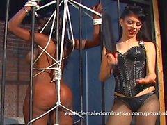 Menina de ébano presa punida por Natasha após ser apanhada masturbat