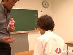 Akina Hara saa oppitunteja orgasmeihin ja luokka on