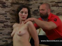 fille esclave fouetté et ciré pour le plaisir de son maître.