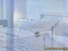 Dane Jones Teen donne une fellation sloppy dans la douche