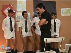 Les étudiants twink mignonne équipe pour coup leur professeur