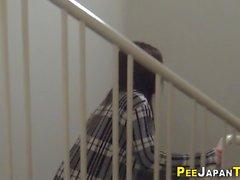 Eine verworrene asiatische Puppe ist pissen nehmen und in einer öffentlichen Toilette masturbiert und wird durch eine versteckte Kamera ausspioniert