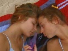 Birbirlerine alay lezbiyen babes