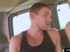 Guy krijgt in een busje met onbekende
