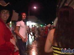 Дерзкие меды получить озорные во время парада
