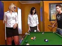 Dois adolescentes mal-intencionado ganhar na piscina e foda-se o direito looser em uma mesa de bilhar