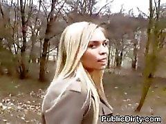 Blonde zuigen en Fucked Buiten In Public