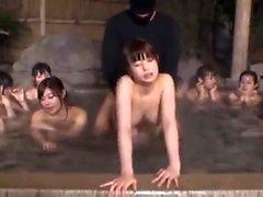 Asian Girl ha sesso caldo Gangbang in bagno pubblico