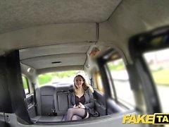Fake Taxi Hot babe kantapäässä suuret luonnolliset tissit