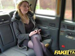 Поддельный такси Горячая красотка на каблуках с большими натуральными сиськами