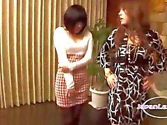 2 meninas asiáticas beijando dando tapinhas deles se seus mamilos sugados no sofá O Roo Sentando