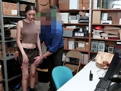 ShopLyfter - Hot Mixed Teen baisée par un agent de sécurité
