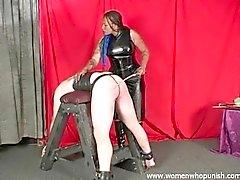 Ébène Mistress Mina trique l'esclave blancs