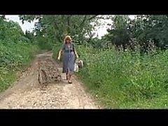 Blonde reife Bäuerin angegriffen und im Wald missbraucht