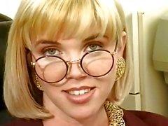 Blondin nerd klibbar ett dildo fram fitta i vardagsrummet