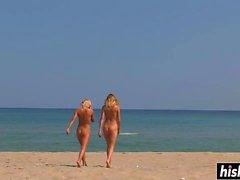 Des ados superbes s'amusent sur la plage