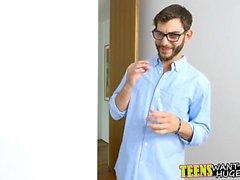 Azgın adam nasıl kini ile flüt çalmak için genci öğretir