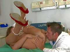 Big infirmière proie de Madelyn Marie stripping des médecin