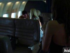 Heiße Blondinen werden im Flugzeug gepflügt