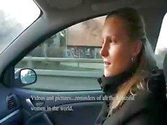 Naughty blonde newbie kost geld voor zuigen en neuken in de auto