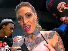 Dövmeli Calisi Mürekkep çüklerle bir Tren Sucks - Alman Goo Kız