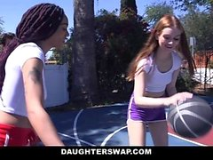 DaughterSwap - Horny Teens Comparta a Daddy Cock